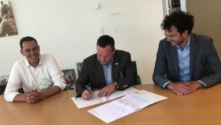 CEO iVention Oscar Kox, MBA (in the middle) signs NHS LIMS Agreement in presence of R.M. (Rob) Riesmeijer, MSc MScPH Head of the Department of Vaccine Supply and Prevention Programmes (left) and Drs. Jaap van Delden, MBA, Head of the Centre for Population Screening at the RIVM.